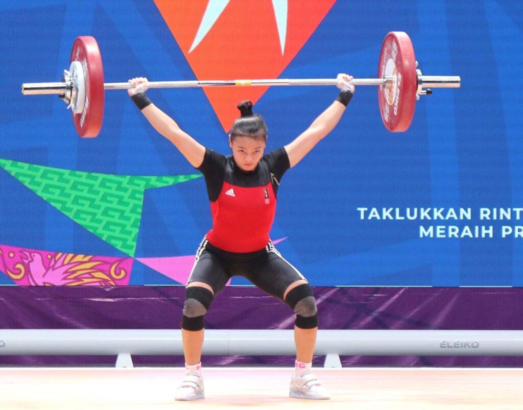 Lifter putri Jawa Barat, Cantika A. Windy beraksi di beban 80 kg cabor angkat besi PON XX Papua di Auditorium Universitas Cendrawasih Jayapura, Rabu 6/10/2021(Foto: PB PON XX PAPUA/Dadang Tri)