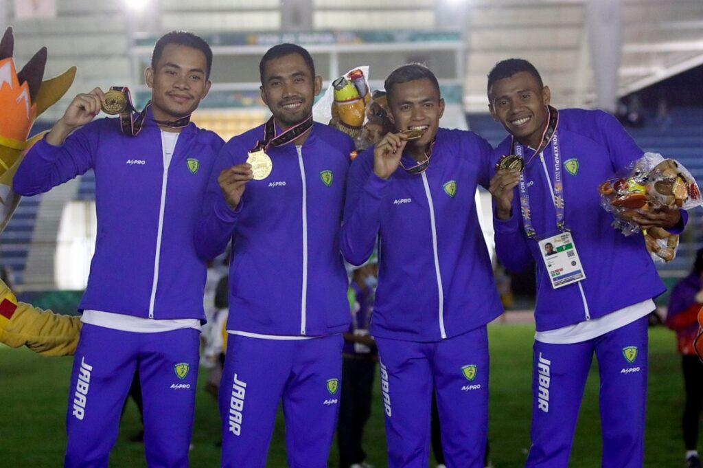 Tim Jawa Barat berhasil meraih medali emas nomor Lari Estafet 4 X 400 Meter Putra PON XX Papua, nomor ini digelar di Stadion Mimika Sport Complex, Rabu (13/10/2021). Foto : PB PON XX Papua / Ady Sesotya